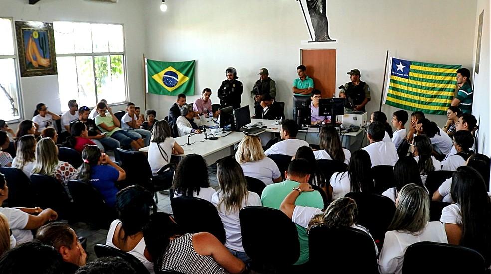 Familiares, amigos e ex-alunos da professora acompanharam a audiência (Foto: Kairo Amaral/TV Clube)