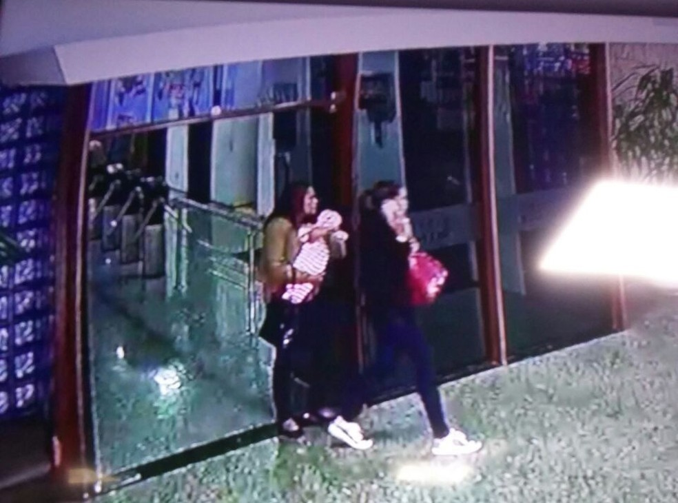 Foto da mulher com o bebê no colo saindo do Conic — Foto: PMDF/Divulgação