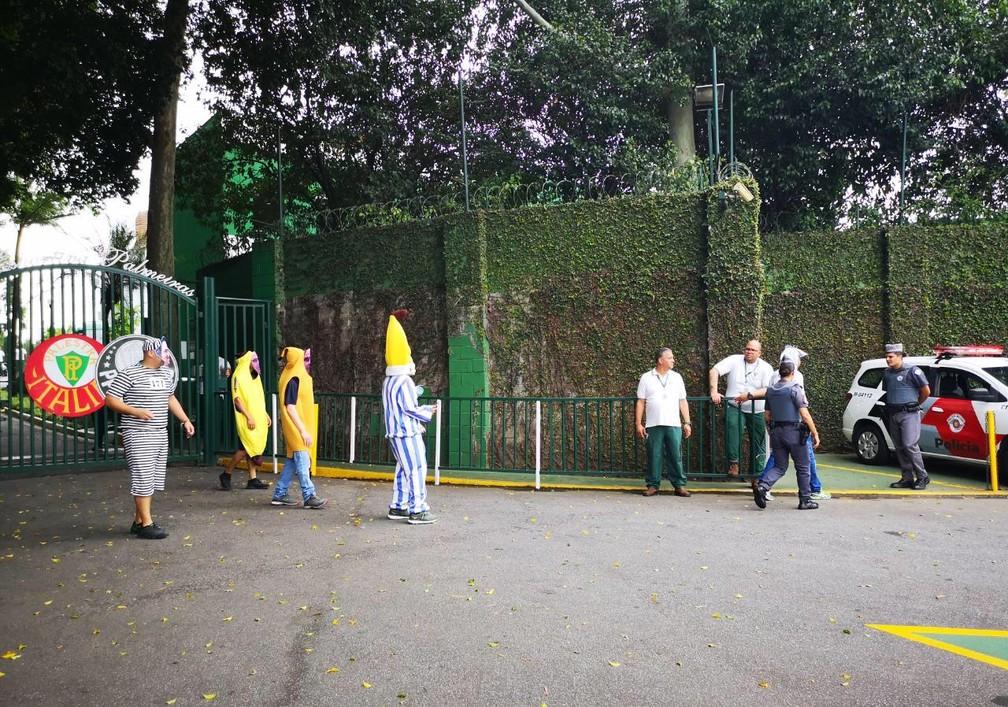 Torcedores protestam na Academia de Futebol — Foto: Tossiro Neto