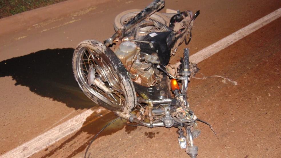 Mulher morre após batida entre carro e a moto em que ela estava no oeste da Bahia — Foto: Blog do Braga