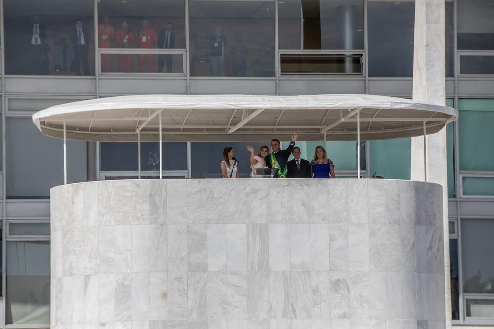 Bolsonaro e a primeira-dama, Michelle, acenam para o público diante do Palácio do Planalto — Foto: Fábio Tito/G1