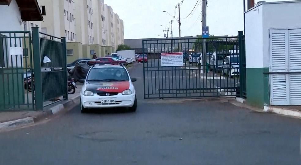 Polícia Militar esteve no loteamento onde mulher foi morta em Sumaré — Foto: Reprodução/EPTV