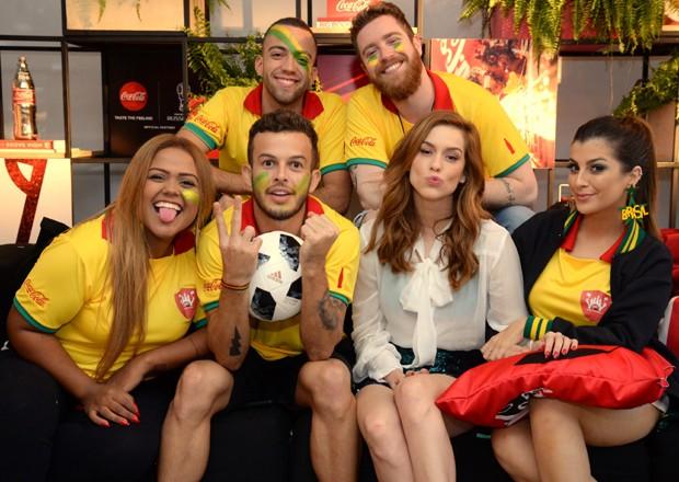 Sophia Abrahão com o Squad Coca-Cola (Foto: Divulgação)