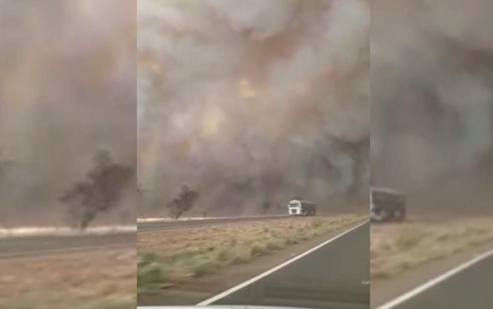 Fumaça causada por fumaça interditou BR em Goiás — Foto: Reprodução/TV Anhanguera