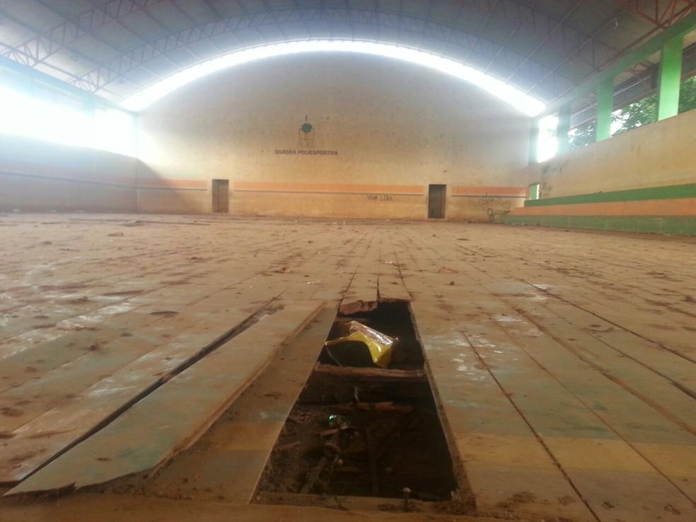 Local onde deveriam ser realizados eventos esportivos está deixado de lado no interior do Acre (Foto: Luízio Oliveira/Rede Amazônica Acre)
