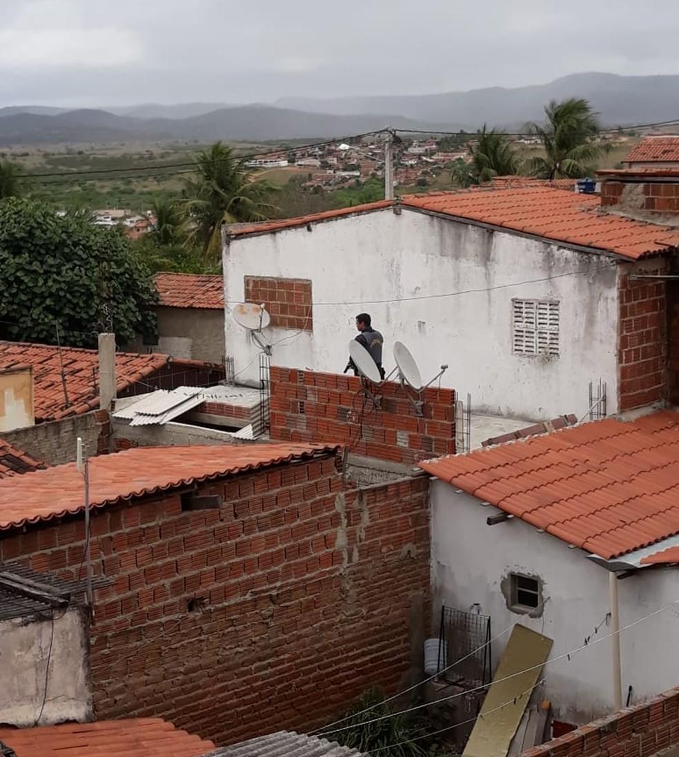 Em São José do Campestre, uma casa foi cercada pela PM durante a busca pelos criminosos — Foto: Redes Sociais