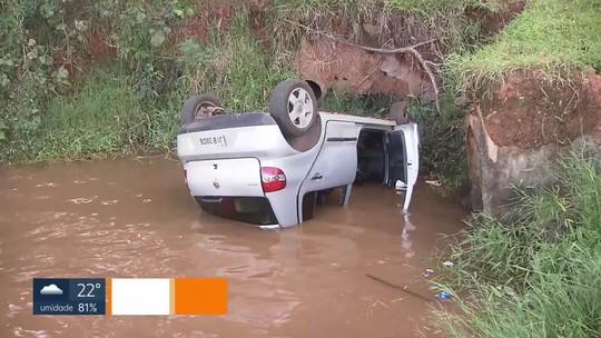 Motorista perde controle e carro cai no Lago Paranoá