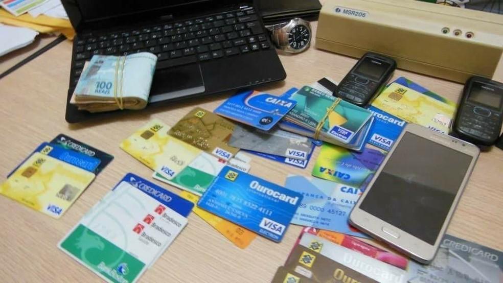 Cartões de crédito de terceiros são anunciados e vendidos nas redes sociais e em sites de compra e venda na internet. — Foto: Arquivo pessoal