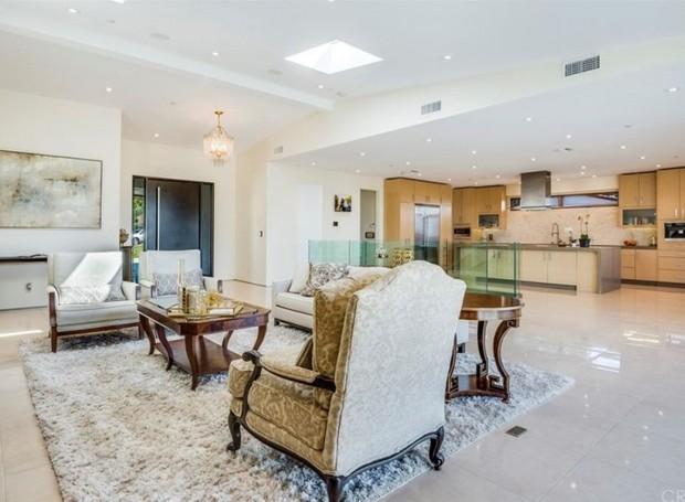 A cozinha é integrada à sala (Foto: The MLS/ Reprodução)