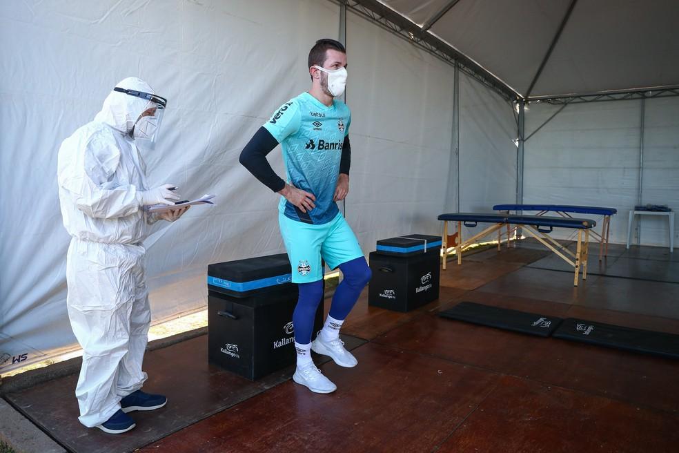 Paulo Victor passa por exames antes de treinar no campo — Foto: Lucas Uebel/Grêmio FBPA