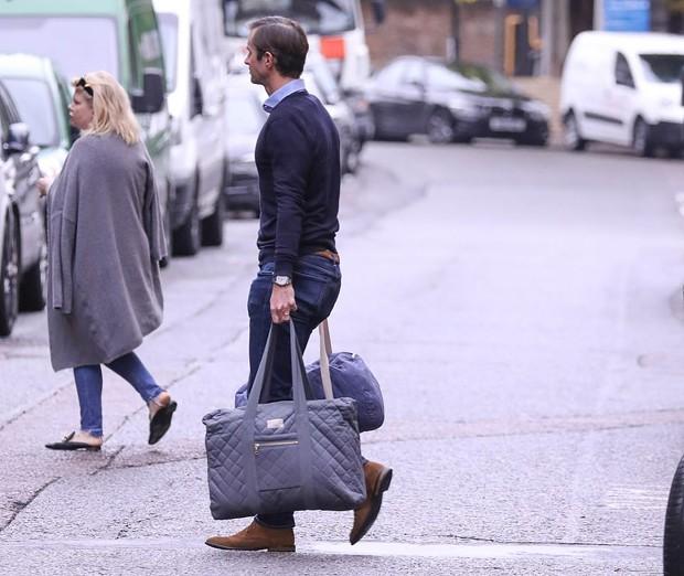 James Matthews, marido de Pippa Middleton, chega a maternidade com malas (Foto: Reprodução / Daily Mail)