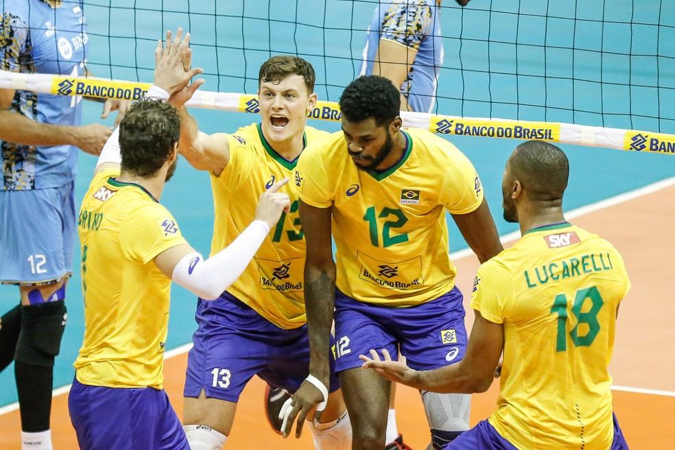 Brasil comemora na final do Sul-Americano de Vôlei — Foto: William Lucas/Inovafoto/CBV