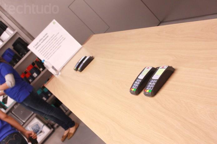 Máquina de cartão na Apple Store brasileira (Foto: Allan Melo / TechTudo)