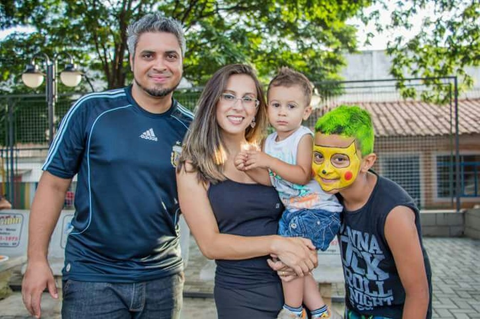 Eduardo no colo da mãe com a família em São Carlos (Foto: Maisa Machado / Arquivo Pessoal)