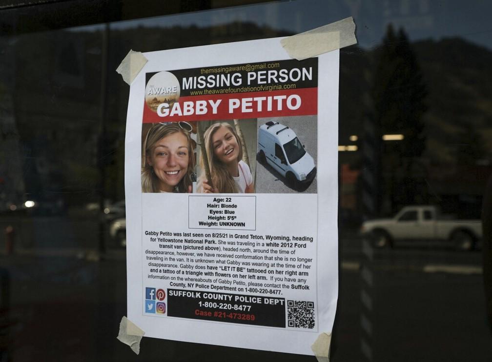 Cartaz sobre o desaparecimento da jovem Gabby Petito, de 22 anos, em foto tirada em Jakson, Wyoming, em 16 de setembro de 2021. Corpo da influencer, que desapareceu durante uma viagem pelo país com seu noivo, foi encontrado no dia 19 em um parque. — Foto: Amber Baesler/AP