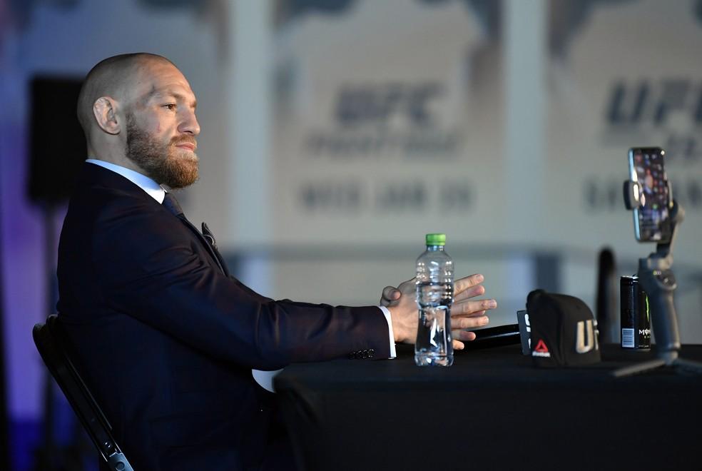 Conor McGregor reconheceu a superioridade de Dustin Poirier durante a coletiva do UFC 257 — Foto: Getty Images