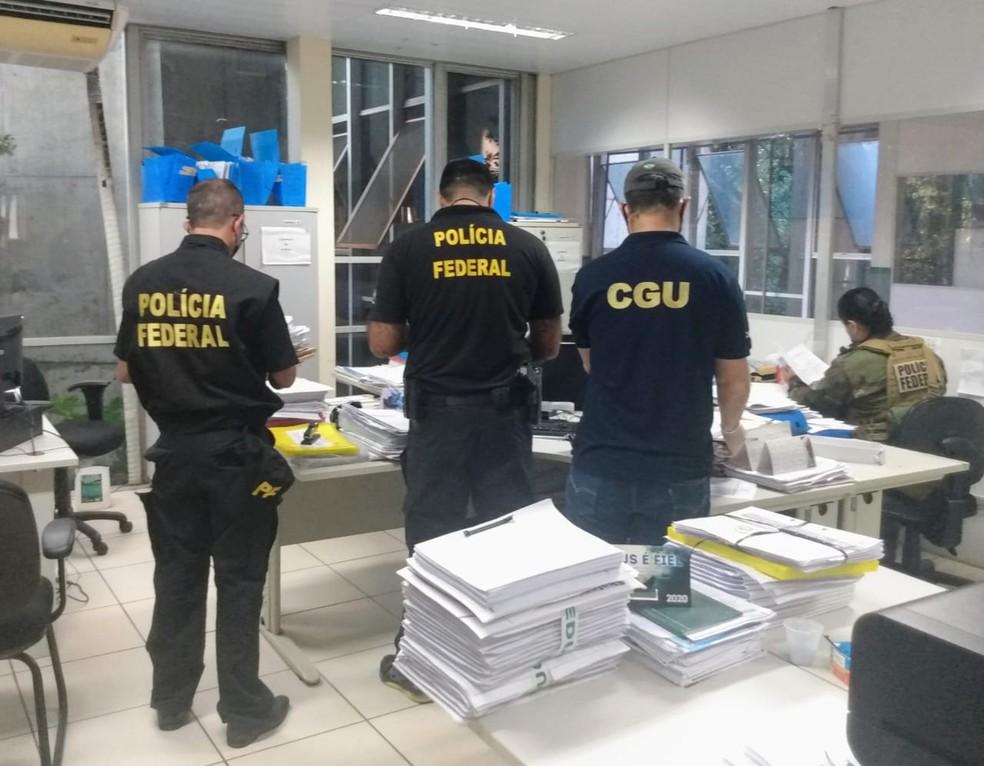 Policiais federais fazem buscas na sede da Secretaria Estadual de Educação, em Teresina — Foto: Polícia Federal
