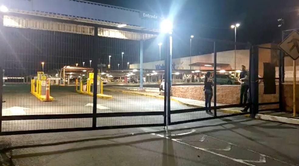 Supermercado foi totalmente evacuado após a suspeita de vazamento de gás — Foto: Leandro Fontes/TV TEM