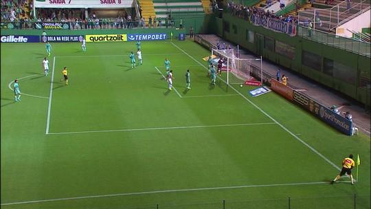 Egídio cruza e o desvio da bola quase engana o goleiro da Chapecoense, aos 2' do 1ºT