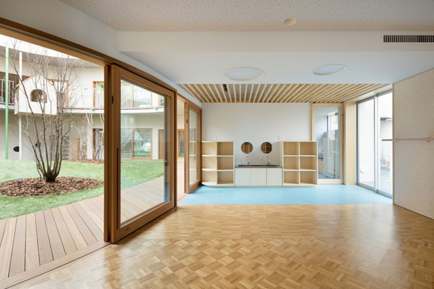 Escola infantil em Tóquio foi construída em torno de um jardim (Foto: Divulgação)