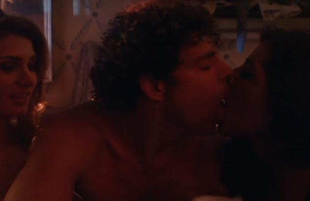 Cauã Reymond em cena de beijo triplo em 'Dois irmãos' (Foto: Reprodução)