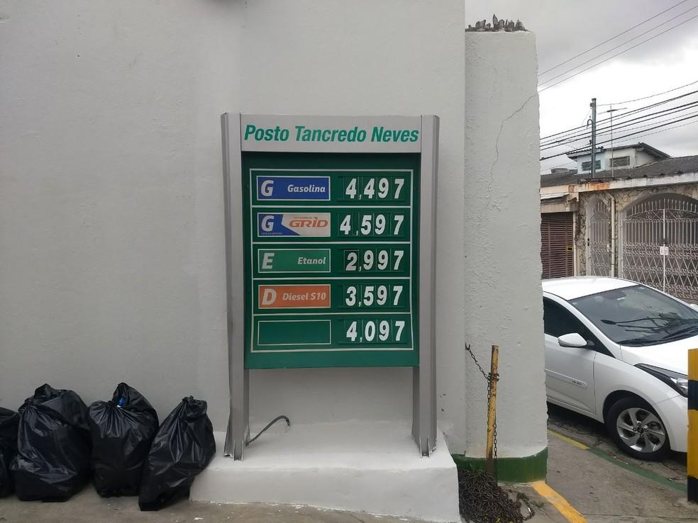 Posto exibe o preço atual do diesel S-10 e, abaixo, o valor antigo cobrado antes de 21 de maio (Foto: Bárbara Muniz Vieira/G1)