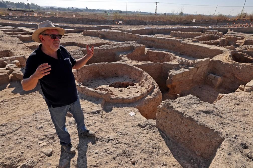 Foram encontradas grandes prensas, milhares de fragmentos de garrafas e locais de armazenamento do vinho. — Foto: MENAHEM KAHANA / AFP