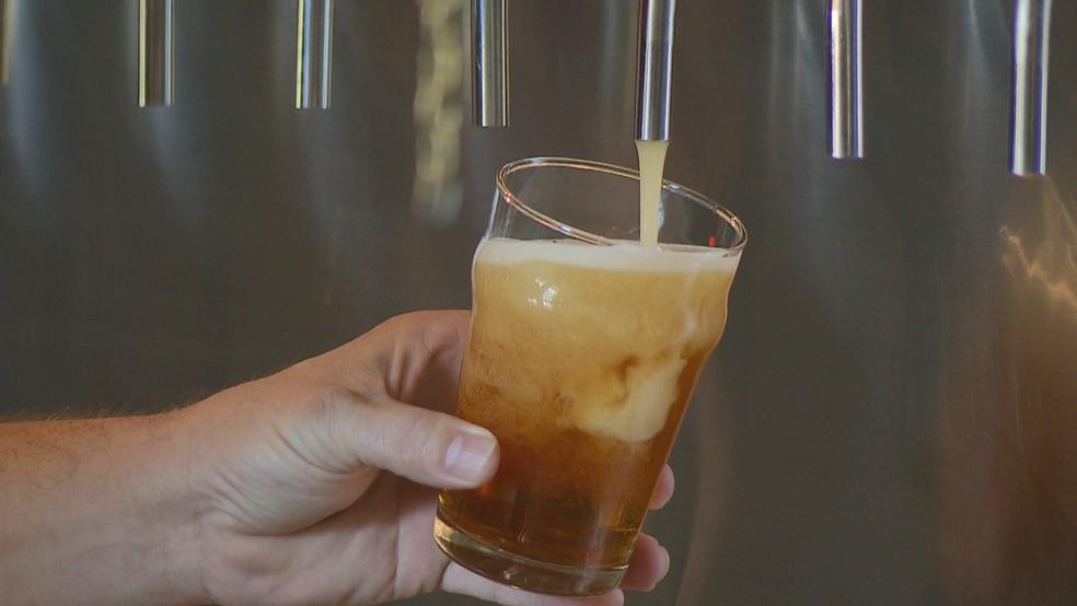 Cerveja artesanal em festival no DF — Foto: TV Globo/Reprodução