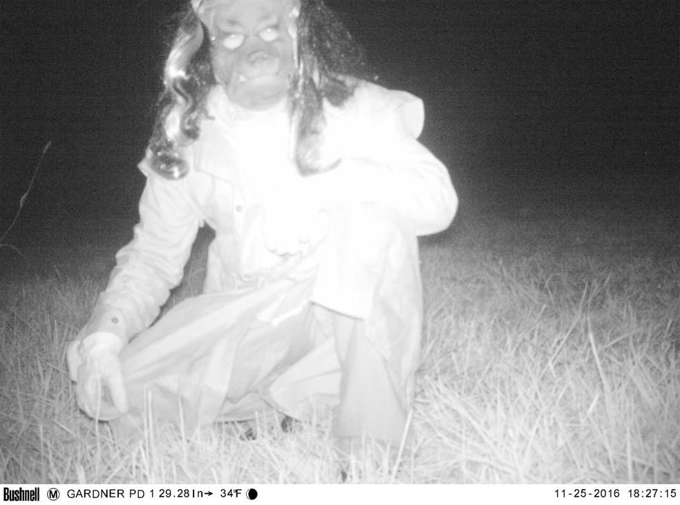 Indivíduo usando máscara de cachorro também aparece imagem (Foto: Gardner Police Department)