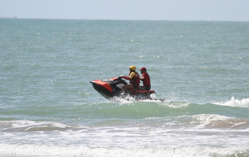 Bombeiros fizeram buscas pelo jovem na Praia de Boa Viagem desde o domingo (20) (Foto: Marlon Costa/Pernambuco Press)