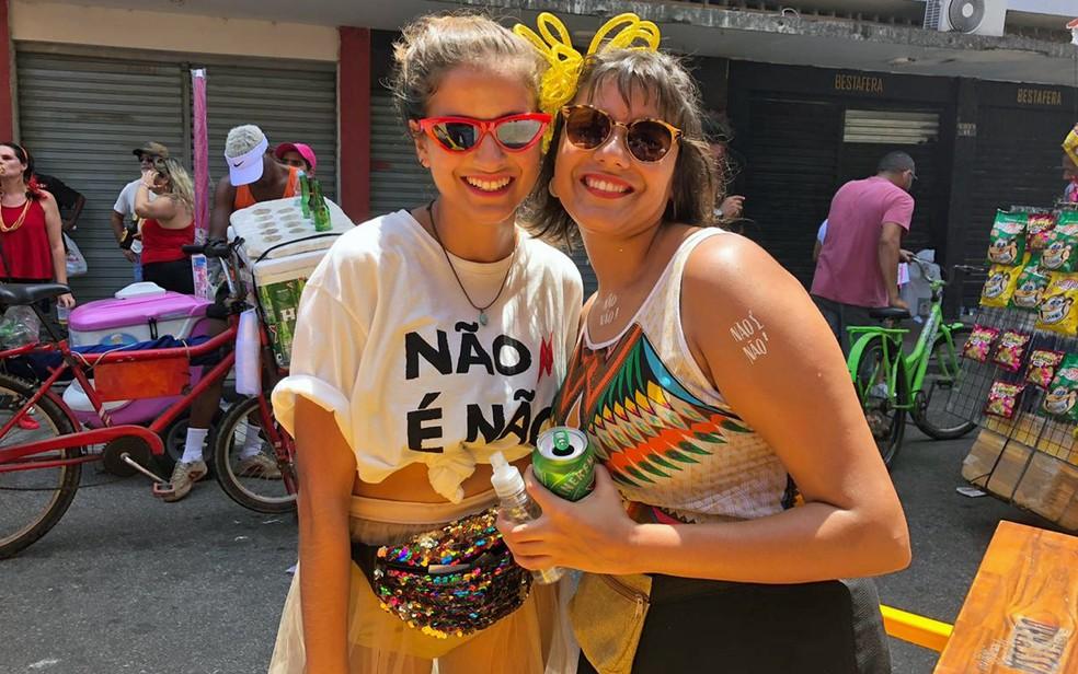 """Isabel Cavalcanti (esquerda) e Jade Jofilsan são embaixadoras da campanha """"Não é não"""" no Recife — Foto: Pedro Alves/G1"""
