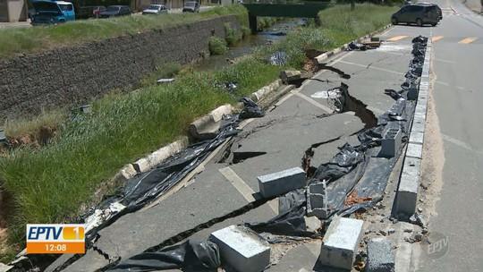 Estacionamento desmorona na frente de escola em Vinhedo e preocupa moradores; veja vídeo