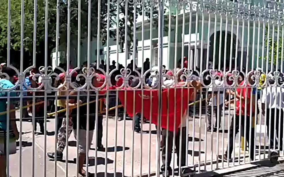 Integrantes do MST ocuparam a sede do Incra, na Avenida Rosa e Silva, na Zona Norte do Recife, nesta terça-feira (16) — Foto: Reprodução/WhatsApp