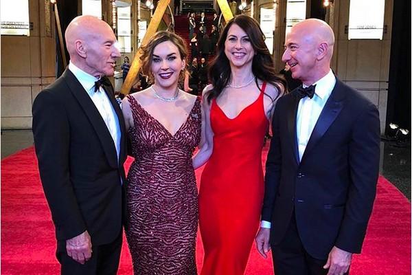 O empresário Jeff Bezos com a ex-esposa na companhia do ator Patrick Stewart com a esposa, em um evento nos EUA (Foto: Instagram)