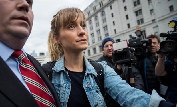 A atriz Allison Mack em Nova York, ao ser liberada após pagar fiança  (Foto: Getty Images )