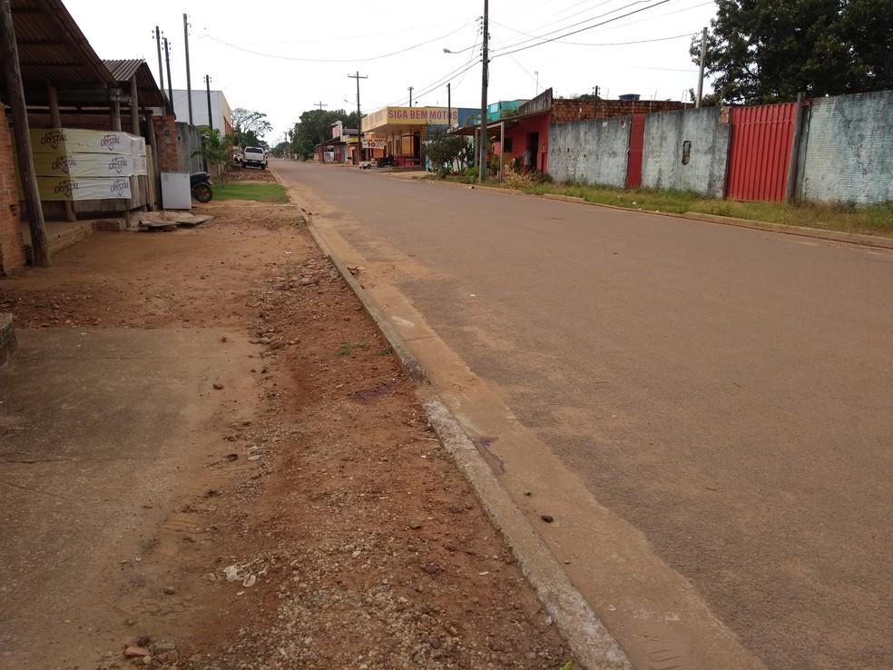 Local onde aconteceu o homicídio ainda tem marcas de sangue (Foto: Eliete Marques/G1)