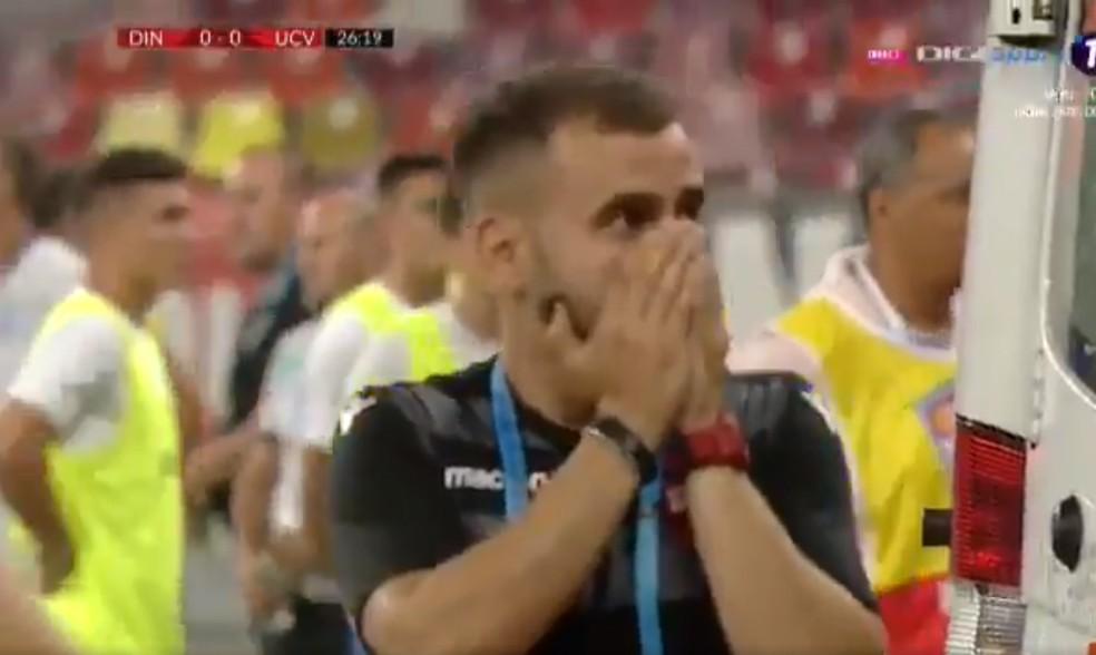 Testemunhas com semblante de desespero durante atendimento ao técnico do Dínamo Bucareste — Foto: Reprodução