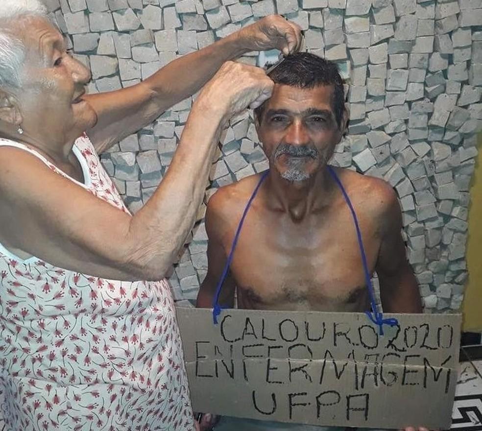 Alcyr Carneiro com a mãe, na comemoração pela aprovação no curso de enfermagem da UFPA, em Belém. — Foto: Reprodução / Arquivo Pessoal