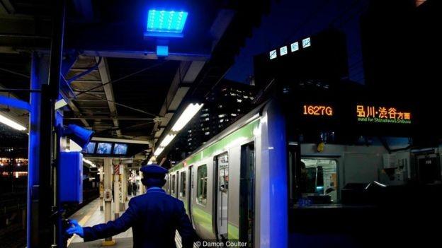 As luzes azuis foram instaladas em todas as 29 estações da linha Yamanote, em Tóquio, em 2008 (Foto: DAMON COULTER/BBC)