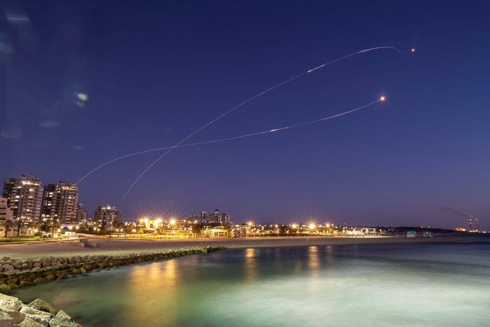 Rastros de luz do sistema anti-míssil Israel enquanto ele intercepta foguetes lançados da Faixa de Gaza, vistos de Ashkelon — Foto: Reuters/Amir Cohen