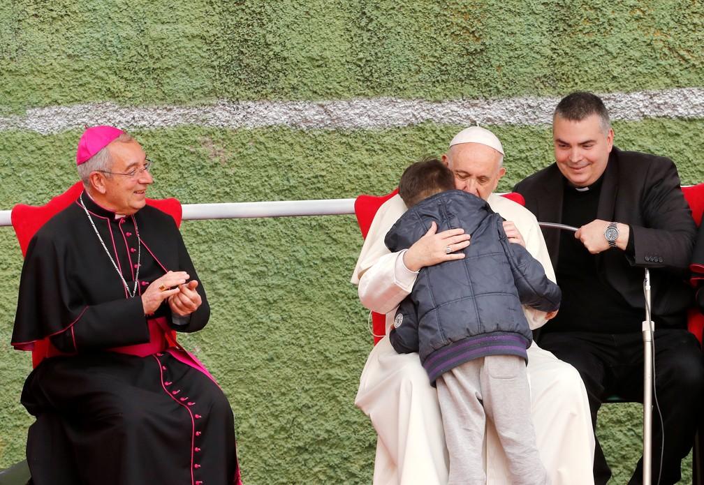 Papa Francisco consola menino que perguntou se pai ateu estaria no céu (Foto: REUTERS/Remo Casilli)
