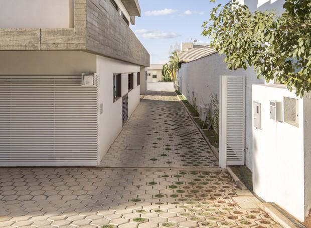 Blocos de concreto intertravado revestem o piso das áreas externas. A mescla entre modelos fechados e abertos cria um degradê divertido (Foto: Joana França/Divulgação )