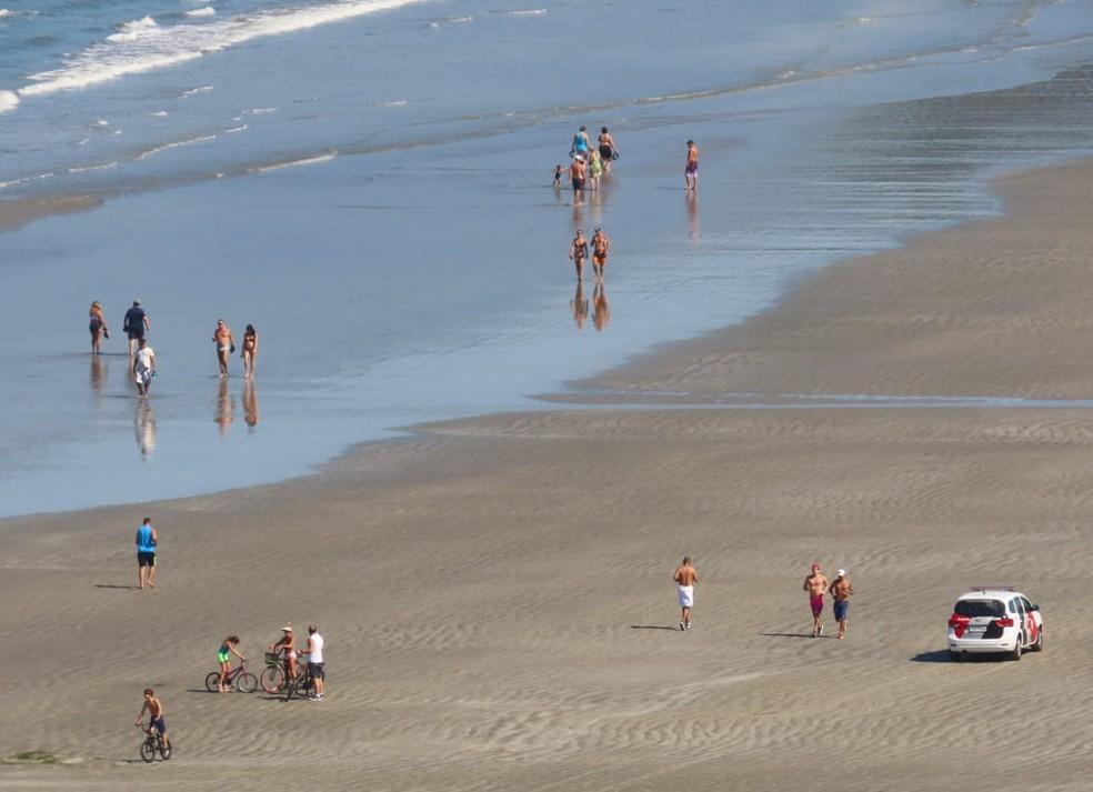 Viatura da PM faz ronda pelo local, mas moradores continuam na faixa de areia — Foto: Sérgio Furtado/Arquivo Pessoal