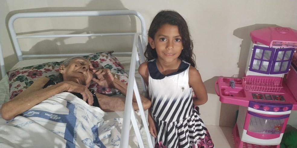 """Júlia Amélia da Conceição, de 114 anos, com a """"bisneta"""" Bárbara Kethyllen, de seis anos, em Juazeiro do Norte — Foto: Arquivo Pessoal"""