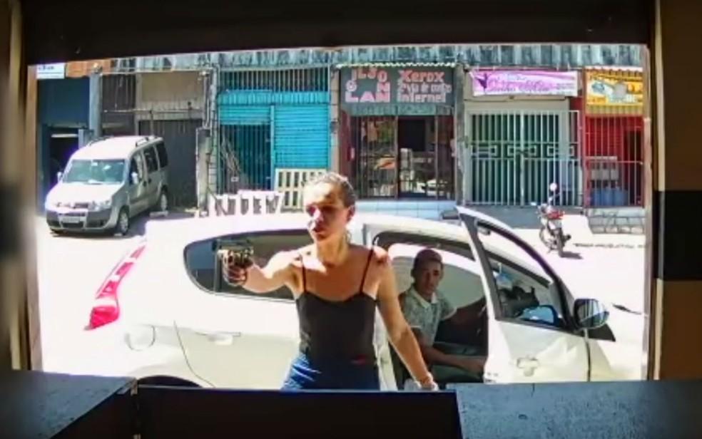 Câmera de segurança registrou roubo a loja de telefonia em Salvador (Foto: Reprodução/YouTube)