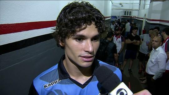 """Dodô, do Santos, explica meia cortada: """"Não é muito incomum, mas juiz criou caso"""""""