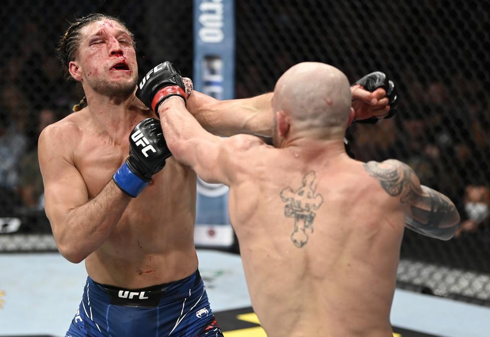Alexander Volkanovski castigou duramente Brian Ortega na luta em pé no UFC 266 — Foto: Getty Images