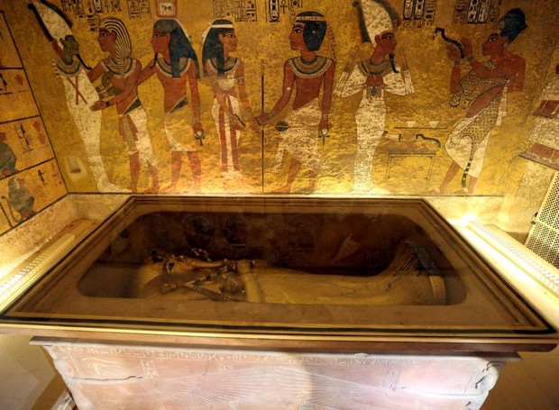 Sarcófago de ouro na tumba do faraó Tutankamon (Foto: The Sun/ Reprodução)
