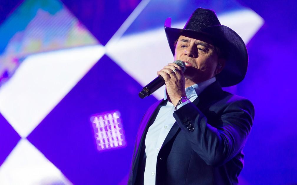 Chitãozinho, da dupla com Xororó, canta no palco Arena em show Amigos em Barretos 2019 — Foto: Érico Andrade / G1