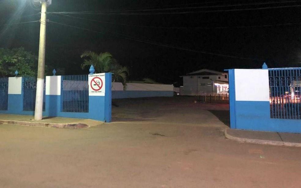 Portões da Casa Dom Inácio de Loyola, em Abadiânia, estão abertos desde as 5h15 — Foto: Murillo Velasco/ G1